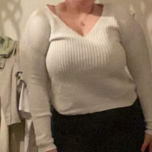 En snygg vit tröja från NLY Trend i storlek xs oanvänd.