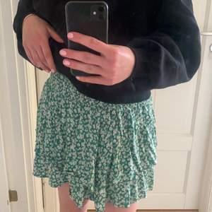 Super söt volang kjol från zalando, sparsamt använd. Budgivning ifall många är intresserade