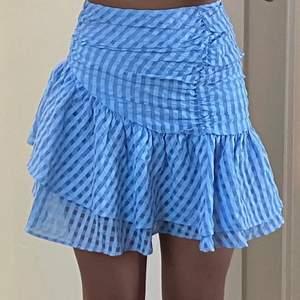 Säljer denna super gulliga kjol från H&M. Kjolen är helt slutsåld och passar perfekt till sommaren. Den är helt oanvänd då den inte passade mig tyvärr💘💘 Budet börjar på 250. Hör av dig till mig om du har frågor eller om du vill ha fler bilder.😋😋 Köparen står för frakt⚡️⚡️ Högsta bud: 300