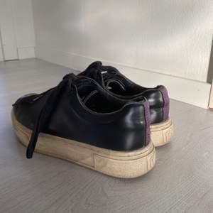 Svarta läder eytys, lite smutsiga men det försvinner om man tvättar sulan!👏🏽