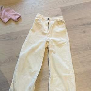 Säljer dessa skitsnygga Manchester byxor i vitt. Perfekta inför sommaren ❣️ Höga i midjan & kortare i benen ❤️ Frakt tillkommer på 63kr, spårbar