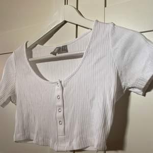 Vit t-shirt från asos. Nästan oanvänd. Storlek 36. Säljer för 90kr, köpare står för frakt