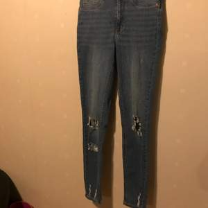 Blåa ripped high waist jeans, oanvända.