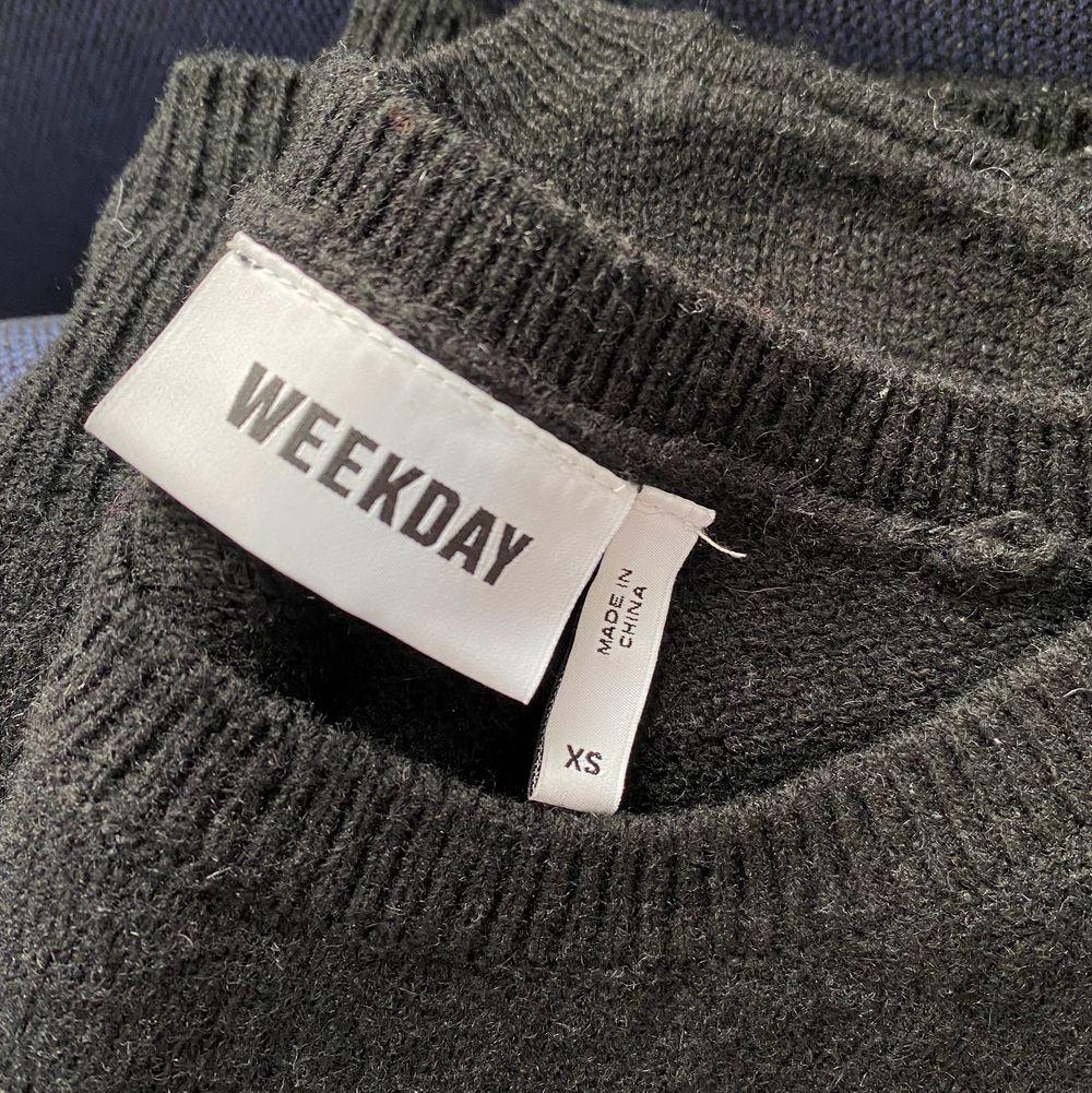 Svart stickat linne/topp från Weekday. Storlek xs och endast använd någon enstaka gång. Stickat.