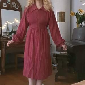 unik vintage midi-klänning med knappar fram, vackert puffiga ärmar å band i midjan :-) fint skick, i bomull!