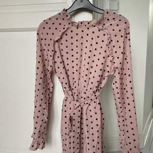Säljer denna söta klänningen! Gammel rosa med svarta prickar & har lite öppen rygg som man kan se på sista bilden (bild 2). Storlek S men skulle säga att den sitter bättre på en Xs!💓💓💕😍