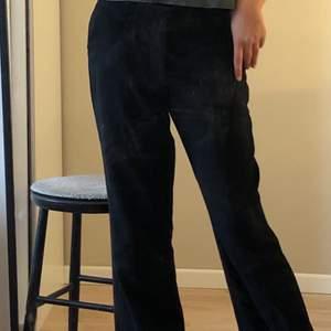 Jätte fina lågmidjade kostymbyxor från carin wester, byxorna är i strl 38 men skulle säga att dem är i strl 36. Köpare står för frakten!❤️