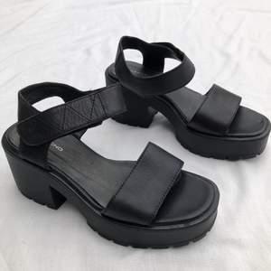 Svarta platå skor från Vagabond (äkta läder). Nästan i nyskick. Storlek 35, men tror de även passar lite större storlekar också. Längden på skorna är 24 cm och klackhöjden är som högst 8 cm. Nypris ligger runt 700kr och har för mig att de är slutsålda. Har en liten defekt på vänstra skon men det syns inte när man har på sig dom. 400kr + frakt 💓
