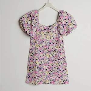 En så sjukt fin och somrig klänning!💓 Hör av er vid intresse, köparen står för frakten :)