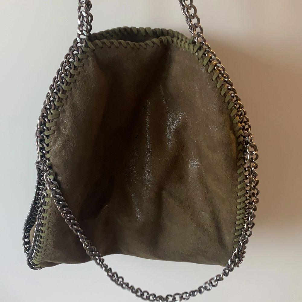 Säljer denna sjukt snygga Stella mcartney likande väskan!! Ser precis ut som en äkta med skimret och modellen!! Köpte här på Plick för 450 men säljer för 400+frakt för använt den lite! Storleken är som den äkta modellen mini❣️❣️ Buda från 300 i kommentarerna💓💓 Kan också tänka mig att byta mot nån väska 💞. Väskor.