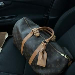 """Säljer nu min älskade Louis Vuitton väska i modellen keepall 45. Äkta och är köpt på """"the vintage bar"""". Superfint skick, jätterymlig väska som är perfekt att ha om man åker bort över en weekend eller som handbagage vid flygning. BARA SERIÖSA KÖPARE."""