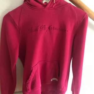 Peak performance hoodie, lite sliten längst ner på tröjan som ni ser på sista bilden annars i bra skick. Köparen står för frakten!