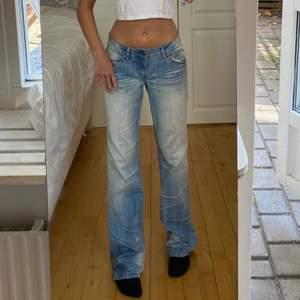 lågmidjade jeans från multiblu. midja 75cm & innerben 84cm. de har en vit fläck nere på benet som man ser på första bilden, vet ej om den går bort i tvätt. buda i kommentarerna❤️