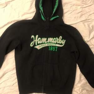 Säljer min Hammarby zip-up så gott som ny jätte bra skick och bekväm passar jätte bra nu när matcherna ska börja.