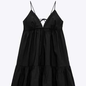 Säljer denna populära klänning från zara i storlek S då den tyvärr va för liten för mig. Buda! ❤️ (Sista bilden är lånad) BUD ÄR BINDANDE!