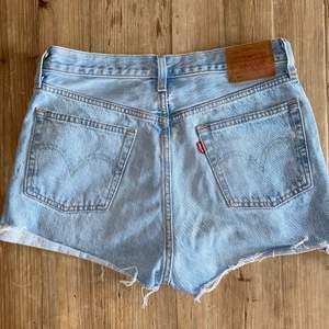 Nyköpta som jeans som jag klippte av till shorts. Dom har en ljusare fläck som att det blekts i mitten på sömmen på rumpan (se bild) men syns inte särskilt bra så dom är i fint skick! Storlek w28