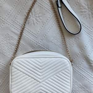 En vit shoulderbag från HM