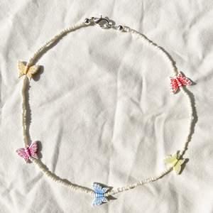 Handgjort halsband med små gulliga fjärilar 🦋 Checka in min webbshop https://www.beadedful.com/ för fler vackra handgjorda smycken!