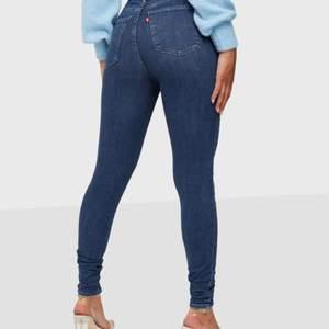 Bekväma och stretchiga jeans i nyskick, färg mörkblå, använda 1 gång. Skinny jeans från Levis.