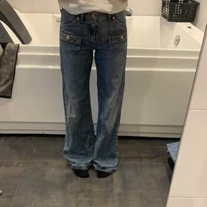 Intressekoll på mina jättefina jeans från fit & Wide som de står på lappen, dem har två fickor fram som har du en fick och den som en liten annan ficka under (se bild 2) och sen har den två fickor bak som har en knapp som stäng grej❤️ Skriv privat vad du skulle kunna betala BUDA PRIVAT