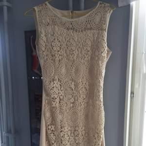 Helt oanvänd beige/vit tight klänning. Jag brukar oftast ha S/M så passar nog en S också.
