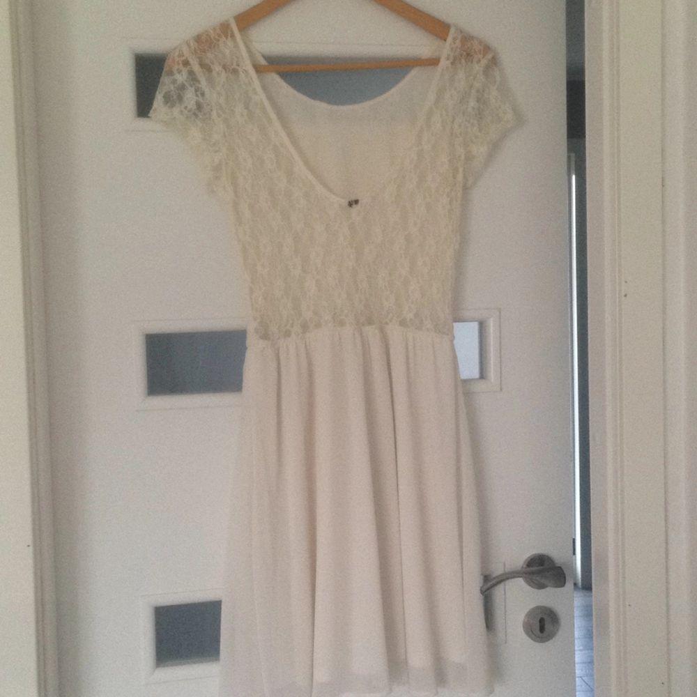 En jättefin och söt vit klänning perfekt till studenten eller skolavslutning. Använd endast en gång på just skolavslutning. Den är urringad bak och lappen är bortklippt då den syntes för mycket  kan skickas mot fraktkostnaden  . Klänningar.