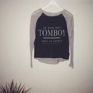 Snygg tröja från Gina Tricot i tunnt skönt material. Transparent tyg framtill och helgrå baktill. Sparsamt använd!