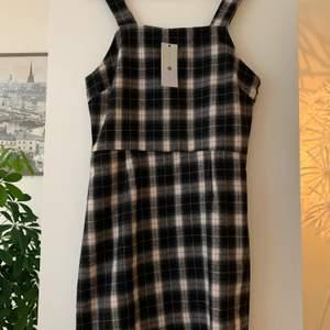 Oanvänd klänning från Daisy Street, har lappen kvar.