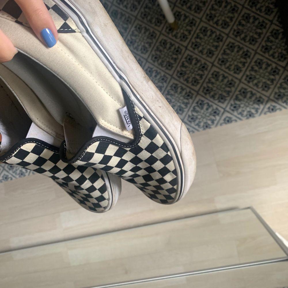 Classic slip-on skor från Vans, välanvända och lite skitiga men går lätt att putsa upp så som blir snyggare. Köpta för 650 och säljer nu för 200kr i storlek 40,5🖤 frakt tillkommer. Skor.