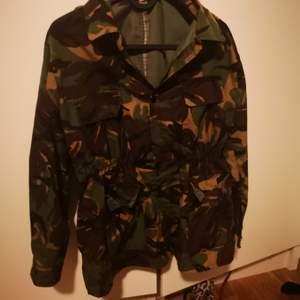 En vintage jacka i camoflauge,