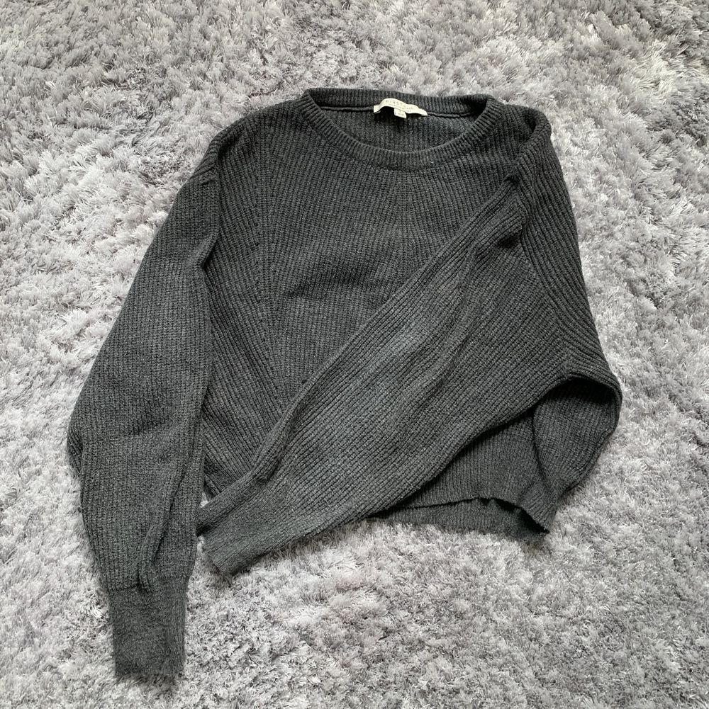 En mörkgrå stickad tröja i storlek s, vid yttligare frågor kontakta mig❣️frakten är inräknad i priset😊. Stickat.