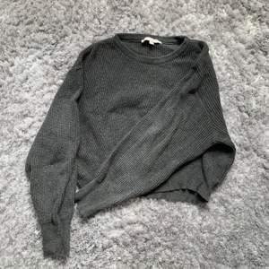 En mörkgrå stickad tröja i storlek s, vid yttligare frågor kontakta mig❣️frakten är inräknad i priset😊