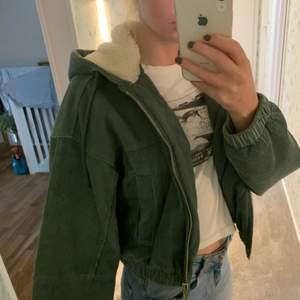 Cool jacka med grön manchester och gosig luva! Nypris ca 1000 kr. Står att den är strl M men är liten i strleken.