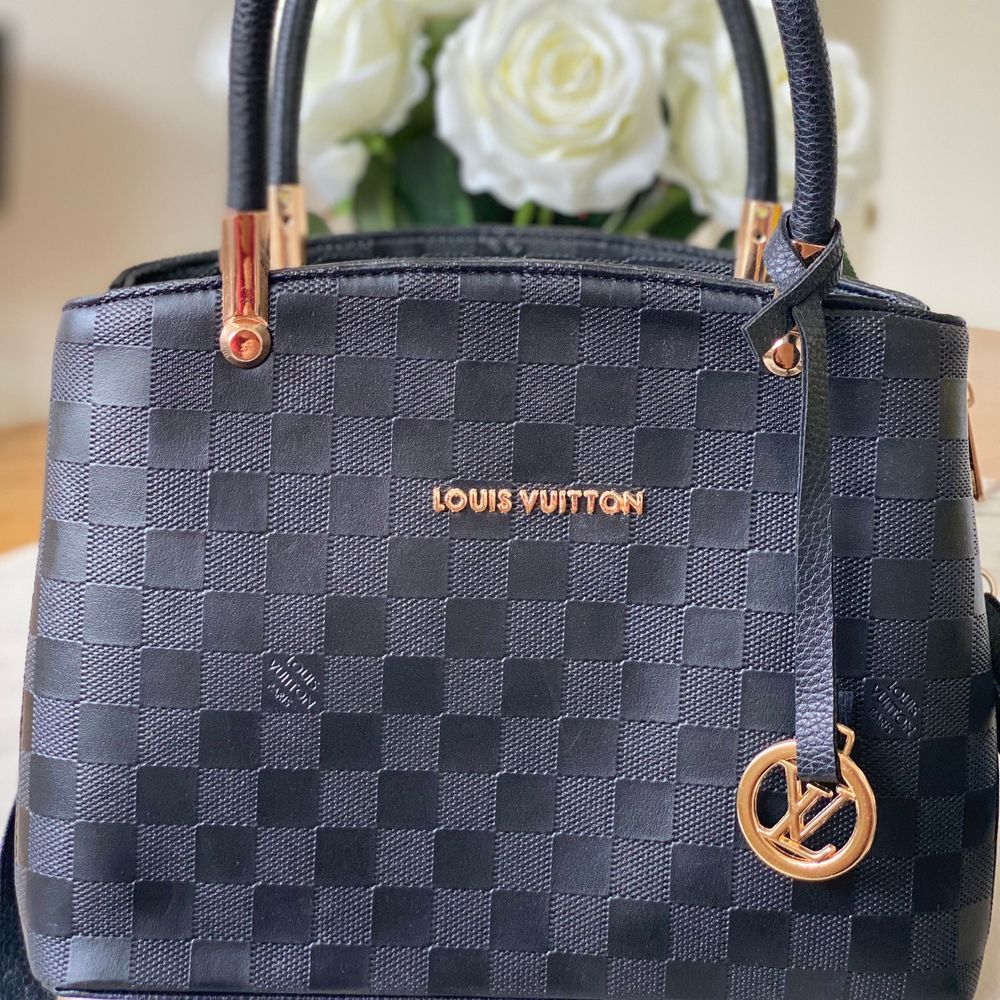 A-kopia Louis Vuitton i mycket bra skick. Aldrig använd. Många fack inuti väskan. BUDGIVNING BÖRJAR FRÅN 140kr. Väskor.