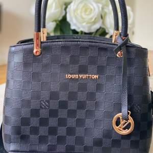 A-kopia Louis Vuitton i mycket bra skick. Aldrig använd. Många fack inuti väskan. BUDGIVNING BÖRJAR FRÅN 140kr