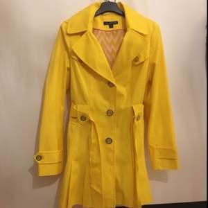 Helt ny Via Spiga trench coat. Köpte från US för 399.99$. Brand designer coat. Bara provat en gång. Passar mer storlek M.