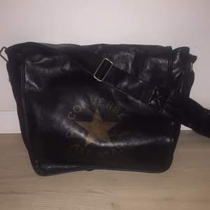 Converse väska i skinnimitation (lite sliten under axelbandet men inget som syns)