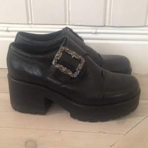 Världens snyggaste skor från vagabond har blivit för små. Använd ett fåtal gånger. Jättefräscht skick. 8 cm klack.