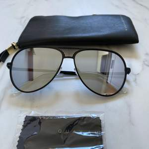 Äkta Solglasögon från Kylie Jenners solglasögon kollektion med Quay Australia. Bara provat på. Modellen: ICONIC  svart med silver spegel linser