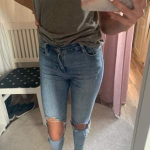 Blå jeans med hål, i bra skick! Bara att fråga om ni undrar nått:)