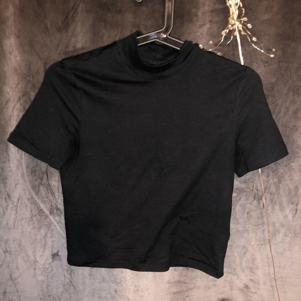 OM ni vill ha bättre bilder är det bara att skriva privat så skickar jag. Skön tröja i ett fint skick. Knappt anvönd.  Frakt kostar men kan mötas. . Toppar.
