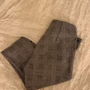 Grå rutiga byxor från only storlek xs frakt tillkommer med 25kr