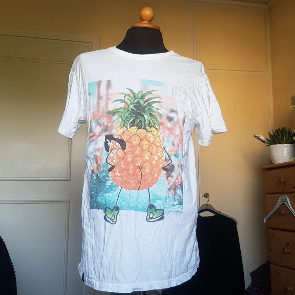 Denna t-shirt med ett tryck av en ananas med glasögon, skor och en bar rumpa säljes då den blev använd en gång och sedan dess legat i garderoben. Rätt oversize men rolig. Från tshirtstore. Passar alla. . T-shirts.