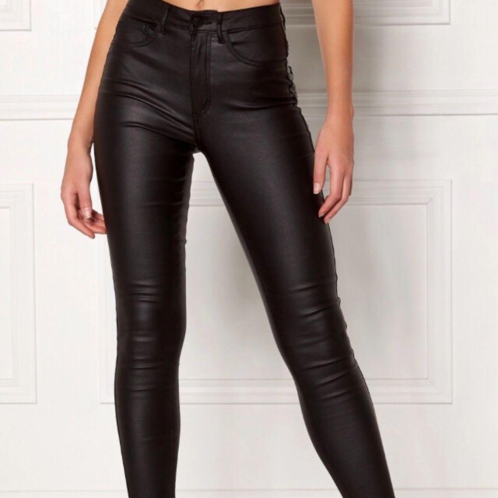 Skinnbyxor (Ej äkta skinn) i strl XXS men skulle säga att det är en Strl S. Använda men bra skick. Från Vera Moda . Jeans & Byxor.