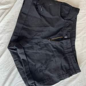 Svarta short från Shein. Storlek M men passar S. PRIS: 50kr