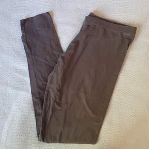 Frakt INGÅR i priset! Ett par gråa leggings i storlek M 💐 är väldigt tunna och mjuka så passar perfekt nu i sommar.