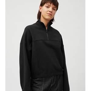 Svart croppad sweater från Weekday i strl XS men är som S
