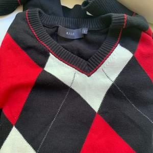 En rutig trendig vintage, oversize 80/90s stickad tröja! Fint skick inte, använt alls mycket!!!  Buda!