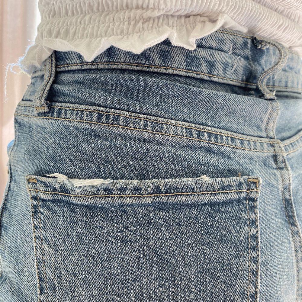 Jeans från zara väl använda men ändå mycket bra skick, säljer då dem börjar bli för korta. Köparen betalar frakt. Jeans & Byxor.