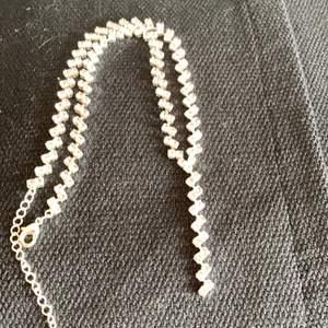 Så snyggt o sexigt strass halsband. Alla stenar hela o kvar. Reglerbar längd.  Buda gärna. Frakt 15kr
